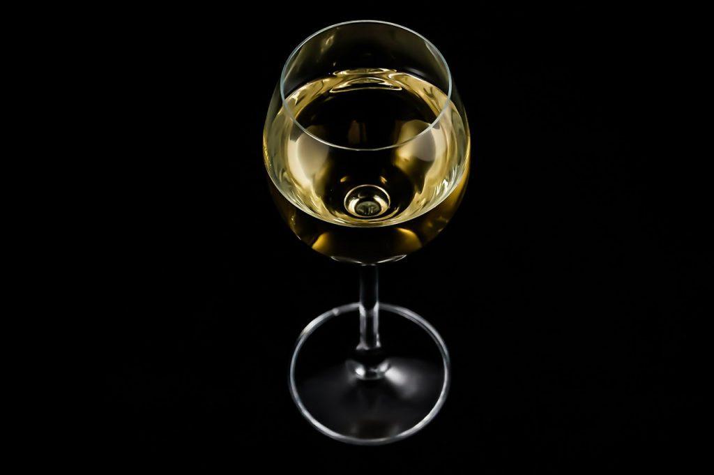 białe wino w kieliszku