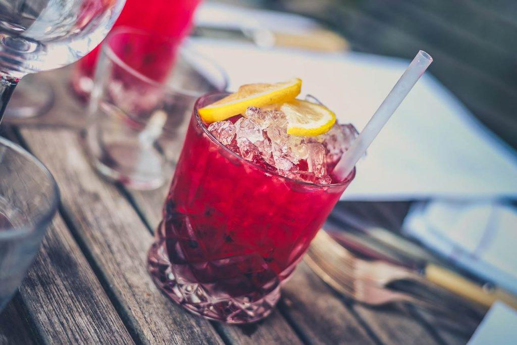 szklanki do kolorowych drinków